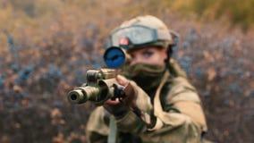 Ein Frauensoldat mit einer Waffe stock footage