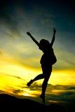 Ein Frauenspringen Lizenzfreies Stockbild