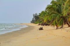 Ein Friedensvoller Strand im gorkarna ist gerade Weise ?ber sich zu entspannen stockfotos