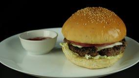 Ein frisch zubereiteter Burger für Abendessen stock video footage