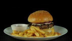Ein frisch zubereiteter Burger für die Schmierfilmbildung des Restaurantmenüs stock video