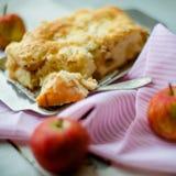 Ein frischer gebackener Apfelkuchen und ein Schnittstück der Torte sind besprühter Esprit lizenzfreie stockbilder