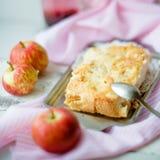 Ein frischer gebackener Apfelkuchen und ein Schnittstück der Torte sind besprühter Esprit lizenzfreies stockfoto