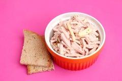 Ein frischer Salat der Wurst mit gauda Käse Stockbild