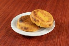 Ein frisches heißes Arepa populär in Kolumbien und in Venezuela gemacht von zwei Maiskuchen, die bis Käse zwischen ihnen Schmelze stockfoto