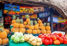 Ein Fruchtstall mit hell farbigen Früchten Stockbild