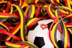 Ein Fußball, ein Herz und Ausläufer Stockfoto