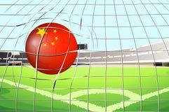 Ein Fußball am Feld mit der Flagge von China Lizenzfreie Stockfotografie