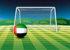 Ein Fußball am Feld mit der UAE-Flagge Lizenzfreie Stockfotografie