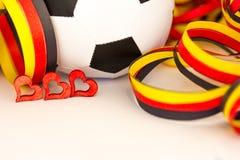 Ein Fußball, Herzen und Ausläufer Stockfotografie