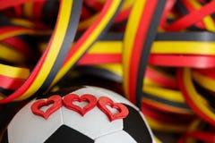 Ein Fußball, Herzen und Ausläufer Lizenzfreie Stockfotografie