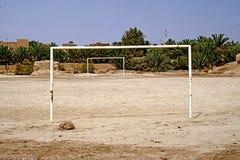 Ein Fußballplatz im Berberdorf von Rissani in Marokko stockbild