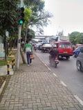 Ein Fußgänger und ein Verkehr Lizenzfreie Stockfotografie