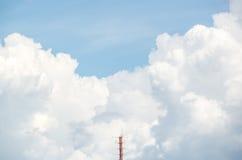 Ein Funkmast mit der Wolke im Hintergrund Stockbild