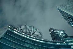 Ein futuristisches Gebäude bis zum Nacht Stockfotos