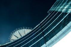 Ein futuristisches Gebäude nachts Lizenzfreies Stockfoto