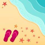 Ein Fußweg zu einem Pier Flipflops und Starfishoberteile auf dem Strand Auch im corel abgehobenen Betrag Lizenzfreies Stockfoto