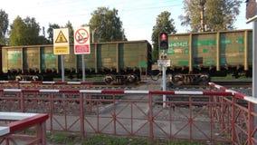 Ein Güterzug überschreitet nahe Fußgängerschienenüberfahrt Sharya, Nordeisenbahn stock video footage