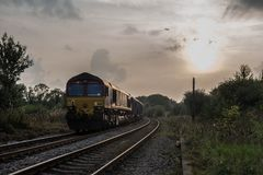 Ein Güterzug führt einen Glättungshimmel stockbild