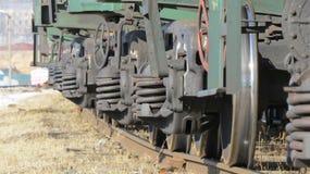 Ein Güterzug verlässt in den entfernten Ländern Lizenzfreie Stockfotos