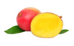 Ein ganz und eine halbe reife Mango auf weißem Hintergrund Stockfotografie