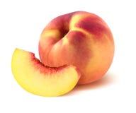 Ein ganzer Pfirsich und Viertel bessern auf weißem Hintergrund aus Stockfotos