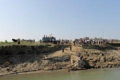 Ein ganzes birmanisches Dorf ist gekommen, die neue Buddha-Statue zu sehen anzukommen Lizenzfreies Stockfoto