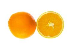 Ein ganzes Orange und Hälfte auf Weiß Stockfoto