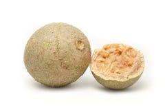 Ein Ganzes und ein A knackten halb organisches Limonia (Limonia-acidissima) Stockbild