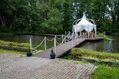 Ein Gazebo errichtet auf dem Wasser Umfaßter Platz für Sitzungen und Feste an einer kleinen Stange stockbild