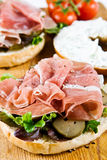 Ein geöffnetes Bagelsandwich Stockbilder