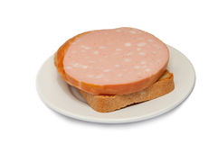 Ein geöffnetes Sandwich mit Wurst auf einem weißen backgroun Lizenzfreie Stockbilder