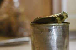 Ein geöffnetes Zinn mit Kondensmilch stockfoto