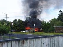 Ein Gebäude auf Feuer Stockfotos