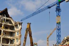 Demolierung, Kräne und Planierraupe Lizenzfreie Stockbilder