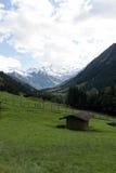 Ein Gebäude ist österreichische Alpen nahe schneebedeckten Bergen Stockbild