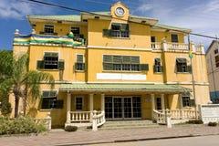 Ein Gebäude, welches die Flaggenfarben von St. Vincent und die Grenadinen zeigt Stockfotografie