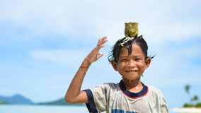 Ein gebürtiger Junge, der im Wasser spielt Stockfoto
