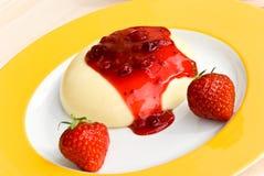 Ein gebackener Vanillepudding mit Spitze der roten Johannisbeere Lizenzfreies Stockbild