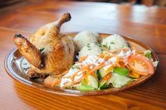 Ein gebratenes Huhn mit gekochtem Reis und frischem Salat Stockfotografie