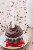 Ein Geburtstagskleiner kuchen auf Tabelle Stockfotos