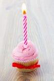 Ein Geburtstagskleiner kuchen auf Tabelle Lizenzfreie Stockfotografie