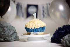 Ein Geburtstagskuchen, eine Kerze für ein Jahr Lizenzfreie Stockbilder