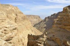 深峡谷在Judea沙漠。 免版税库存照片