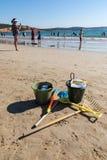 Ein gedrängter Strand im Sommer als Leuten genießen, im Ozean und im Sand zu schwimmen und zu spielen stockfoto