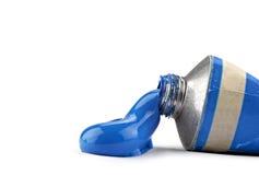 Ein Gefäß mit blauer Ölfarbe stockbild