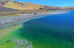 Ein gefülltes Reservoir - ein volles Reservoir während frischen Wasserreservoirs zwischenstaatliche 5 Kaliforniens Stockfoto