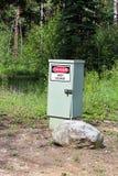 Ein Gefahrenhochspannungszeichen auf einem elektrischen Kasten Lizenzfreies Stockbild