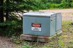 Ein Gefahrenhochspannungszeichen auf einem elektrischen Kasten Stockbilder