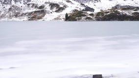 Ein gefrorener Gebirgssee stock video footage